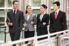 Fyra affärskollegor som har diskussion Arkivfoton