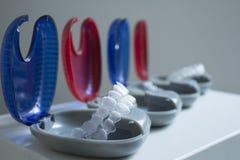 Fyra askar med osynlig ortodonti Arkivfoto