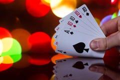 Fyra av en kombination för sortpokerkort på det suddiga kortspelet för förmögenhet för bakgrundskasinolycka Arkivbilder