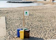 Fyra avskrädebehållare för separata typer av avfall Arkivbilder