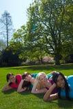 fyra avslappnande kvinnor för park Royaltyfri Bild