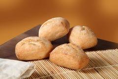 Fyra bröd på tabellen Arkivfoto