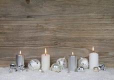 Fyra brinnande adventstearinljus på brun träbakgrund för chris Royaltyfri Foto