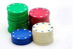 Fyra buntar av pokerchiper på vit Arkivfoton
