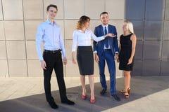 Fyra charmiga ungdomar, två kvinnor och två manstudenter, entr Arkivbild