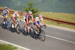 Fyra cyklister som klättrar berg på Sibiu att cykla, turnerar 2012 Arkivbilder