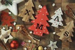 Fyra dekorativa träjulgranar med sned bokstäver xmas och julprydnader Top beskådar arkivfoton