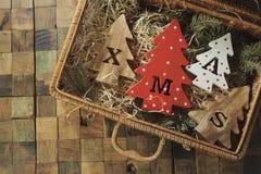 Fyra dekorativa träjulgranar med sned bokstäver xmas och julprydnader Top beskådar arkivfoto