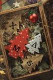 Fyra dekorativa träjulgranar med sned bokstäver xmas och julprydnader Top beskådar fotografering för bildbyråer