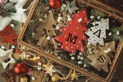 Fyra dekorativa träjulgranar med sned bokstäver xmas och julprydnader Top beskådar royaltyfri foto