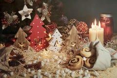 Fyra dekorativa träjulgranar med sned bokstäver xmas och julsötsaker T arkivfoto