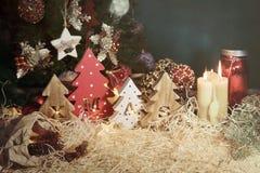 Fyra dekorativa träjulgranar med sned bokstäver xmas och julsötsaker T royaltyfri foto