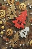 Fyra dekorativa träjulgranar med sned bokstäver xmas och julsötsaker Top beskådar arkivfoton