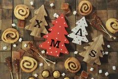 Fyra dekorativa träjulgranar med sned bokstäver xmas och julsötsaker Top beskådar royaltyfri bild