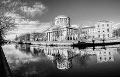 Fyra domstolar som bygger i Dublin, Irland med floden Liffey royaltyfri foto