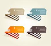 Fyra färgade pappers- noterar med förlägger för din egna text. Arkivfoto