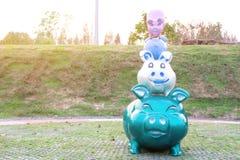 Fyra färgrika svinskulpturer arkivfoton