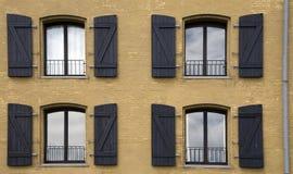 Fyra fönster på fasaden av ett hus Royaltyfri Foto