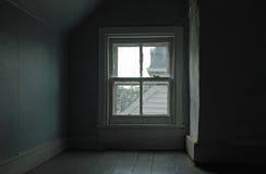 Fyra-förse med rutor fönstret i en loft Royaltyfri Bild
