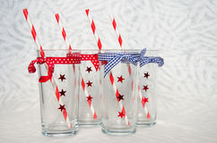 Fyra festliga exponeringsglas med sugrör Royaltyfri Foto