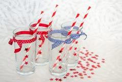 Fyra festliga exponeringsglas med sugrör Royaltyfria Bilder