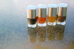 Fyra flaskor av spikar polermedel på en tabell arkivfoton