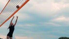 Fyra flickavolleybollspelare spelar på stranden i sommaren som deltar i turneringen i ultrarapid på sanden arkivfilmer