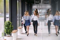 Fyra flickor som går på gallerian royaltyfri foto