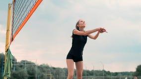 Fyra flickor som spelar volleyboll p? stranden Strandvolleyboll som ?r netto, kvinnor i bikinier Plan tecknad filmillustration st lager videofilmer