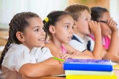 Fyra flitiga elever som studerar på klassrumet Royaltyfri Fotografi