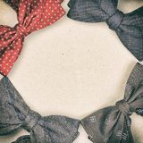 Fyra flugor som är ordnade i cirkel på pappbakgrund, med karaktärsteckningeffekt, fyrkantram, kopieringsutrymme royaltyfri fotografi