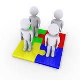 Fyra folk på pussel lappar ger lösningen Arkivbilder