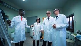 Fyra forskare som talar om forskning stock video