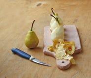 Fyra gjorde ren pears för förberedelse av efterrätten Arkivbild