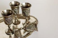 Fyra glänsande exponeringsglas som göras av myntsilver på magasinet royaltyfri fotografi