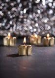 Fyra guld- adventstearinljus som tänds med bokehbakgrund Fotografering för Bildbyråer