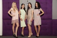 Fyra härliga flickor i bärande dräkter för modestil Royaltyfria Bilder