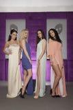 Fyra härliga flickor i bärande dräkter för modestil Arkivfoton