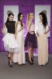 Fyra härliga flickor i bärande dräkter för modestil Royaltyfri Bild
