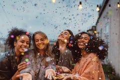 Fyra härliga kvinnor som står på en terrass Fotografering för Bildbyråer