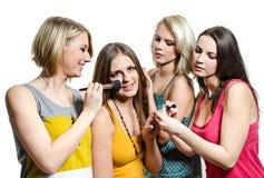 Fyra härliga le unga flickor i färgrika T-tröja Fotografering för Bildbyråer
