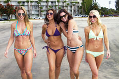 Fyra härliga unga kvinnor som tycker om stranden Fotografering för Bildbyråer