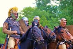 Fyra hästryttare Grön trädlövverkbakgrund Royaltyfri Foto