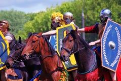 Fyra hästryttare Grön trädlövverkbakgrund Arkivfoto