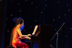 Fyra hand kombinerad projektil-piano ackompanjemang royaltyfri bild