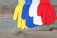 Fyra handskar på gamla wood bräden Arkivbild