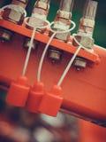 Fyra hydrauliska rör på rött maskineri royaltyfri bild