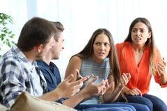 Fyra ilskna vänner som hemma slåss arkivfoto