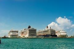 Fyra jätte- kryssningskepp i rad på Nassau port bah royaltyfri foto
