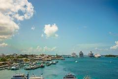 Fyra jätte- kryssningskepp i rad på Nassau port med många yachtförgrund bah royaltyfri bild